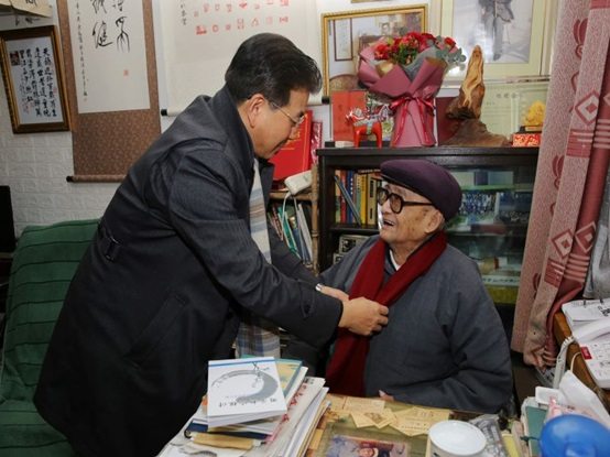 郭为禄看望慰问百岁老教授章人英并送上新春祝福