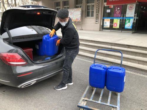 """校友企业联合学校向湖北和陕西战""""疫""""一线捐赠51792万元物资"""