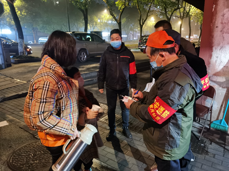 来自上海交通国产精品情侣愉拍的选调生们冲在前排,挥洒青春与力量