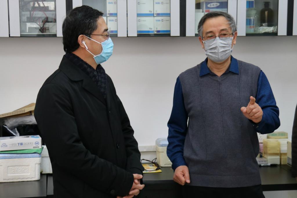 党委副书记、校长闻德亮看望关一夫教授新冠病毒科研攻关团队