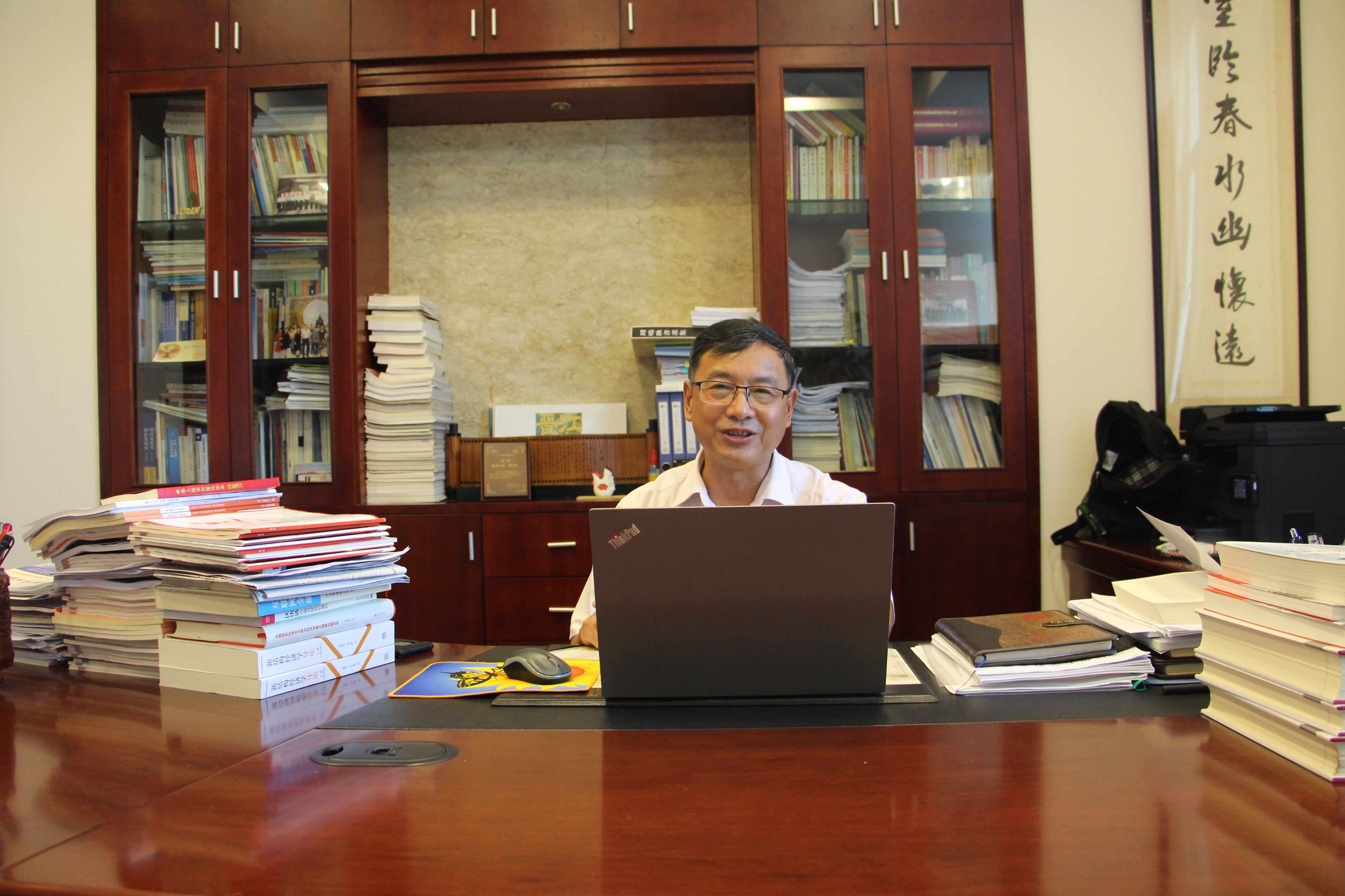 黄志刚副校长为全校处级、校聘以上干部作十九届四中全会精神专题报告