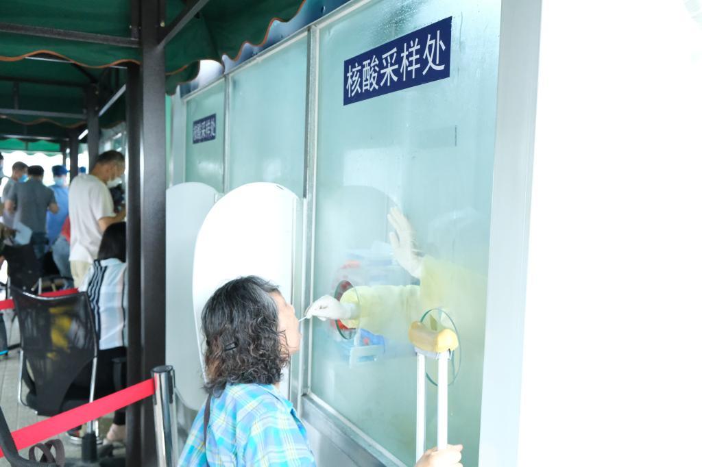附属东方医院设计、启用沪上首台户外核酸采样工作柜