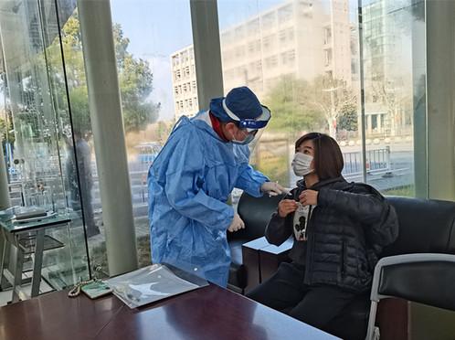 刘晓红校长指导开展疫情防控应急演练并看望留校学生