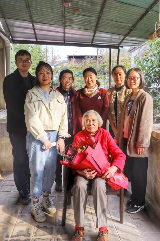 上海交大师生代表看望新四军老战士,学习习近平总书记回信精神