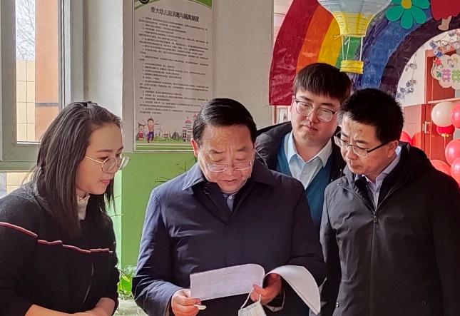 校党委书记俞红贤、副校长任延明赴附中附小、幼儿园检查指导开学(开园)准备工作