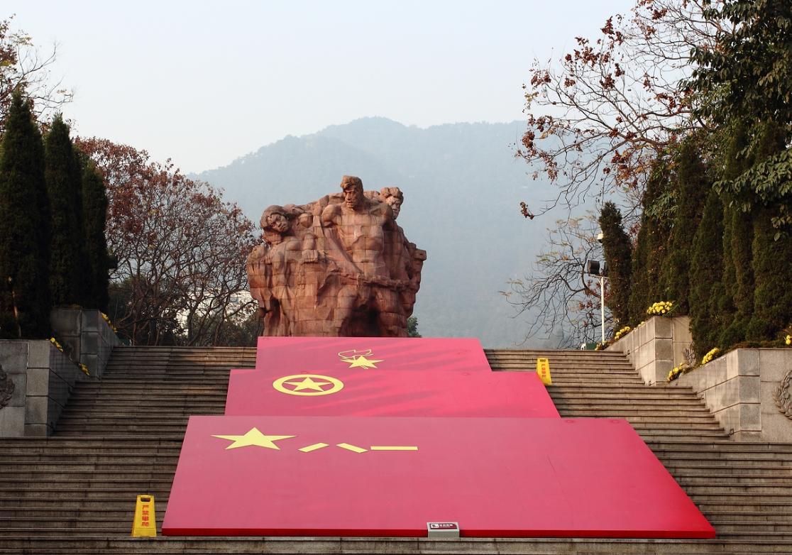 举党旗,跟党走,红色干部教育培训在行动——观重庆红岩有感