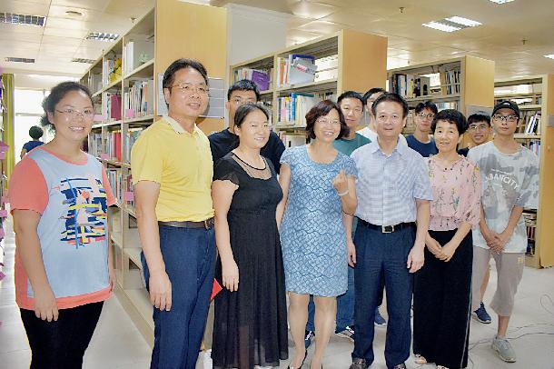 欧先伟副市长一行莅临图书馆看望假期加班人员并捐赠图书