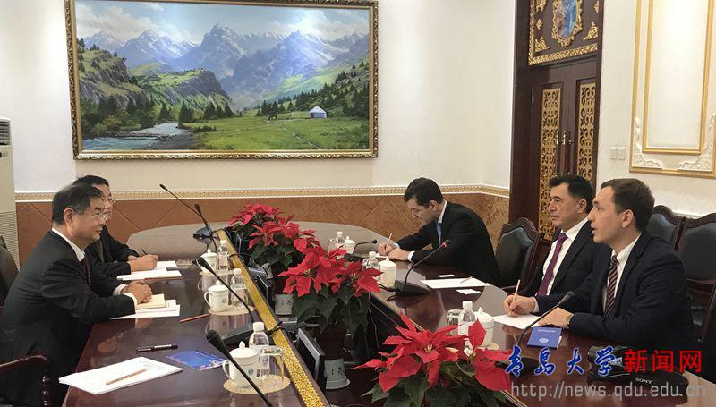 夏东伟与上海合作组织秘书长弗拉基米尔·诺罗夫举行会谈