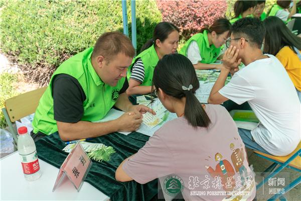 迎新现场红绿相映特色独具 校领导一行现场看望新生慰问工作人员