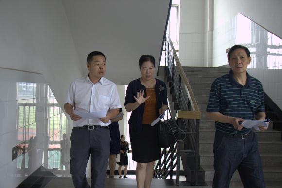 中南财经政法大学校领导检查新学期第一课