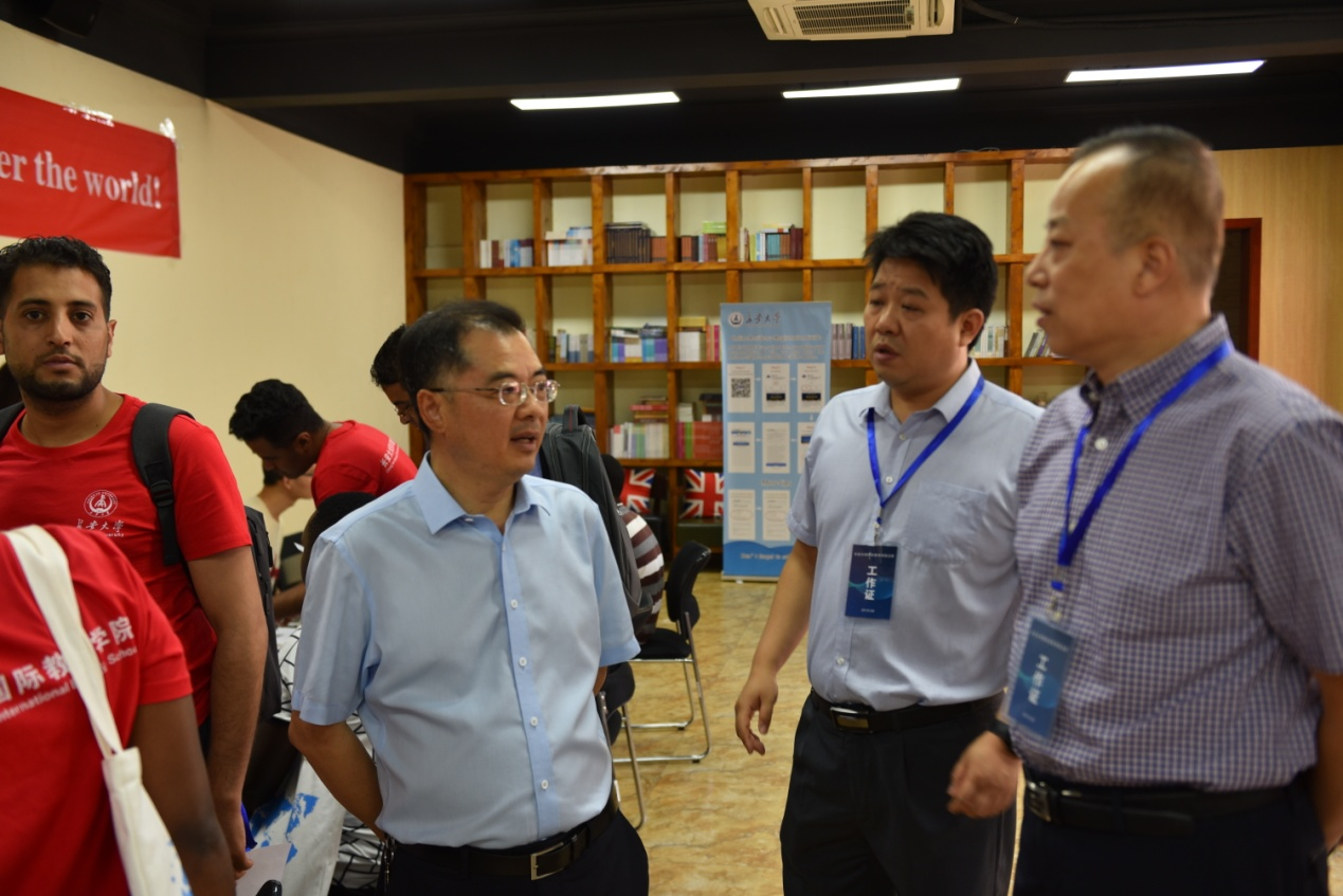 校领导检查指导国际学生迎新工作