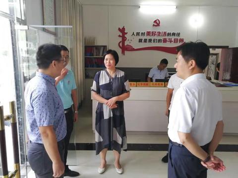 咸宁市领导看望慰问我校驻村工作队