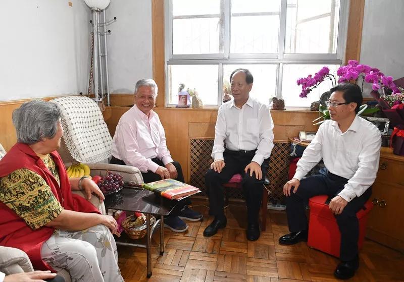 自治区党委书记石泰峰慰问我校退休教师刘世俊、郭雪六