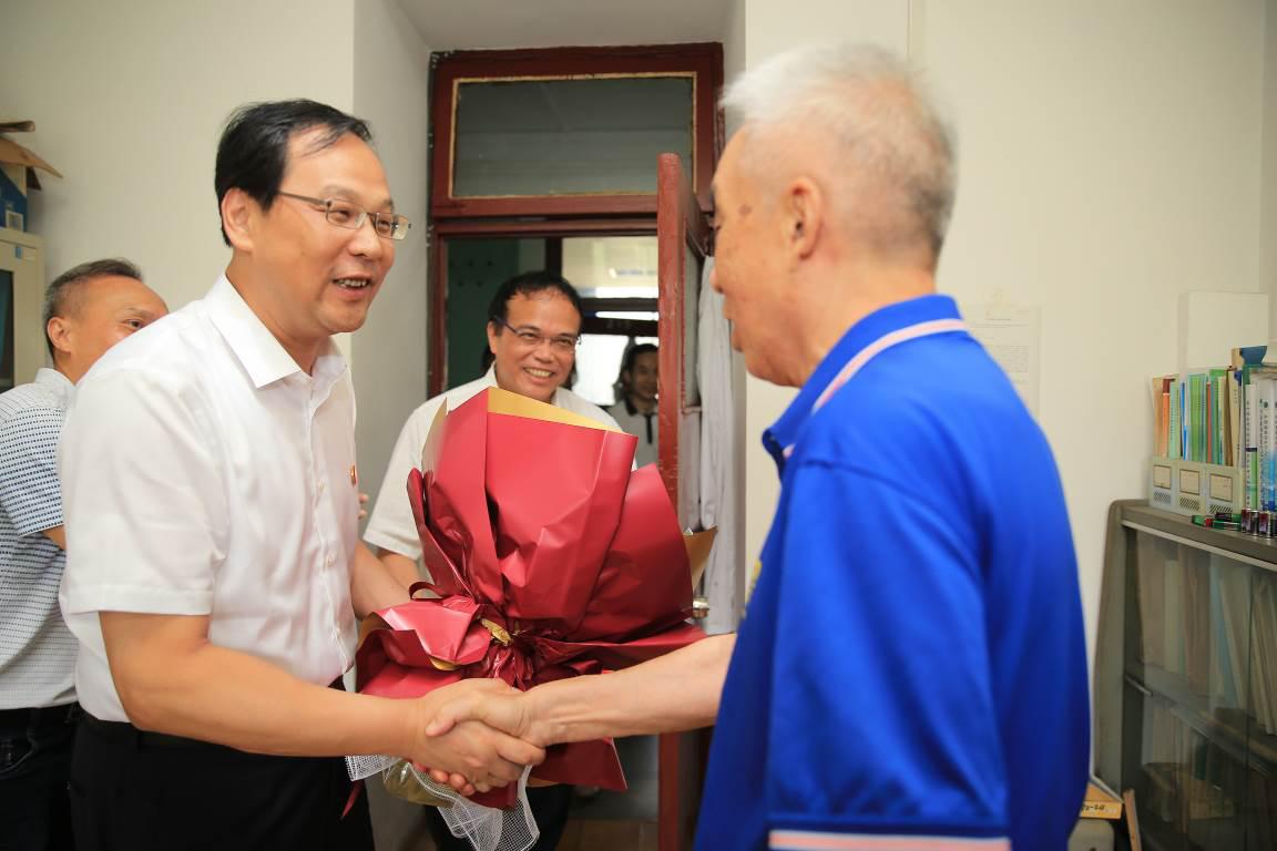 校党委书记高山、校长张灼华走访慰问教师代表
