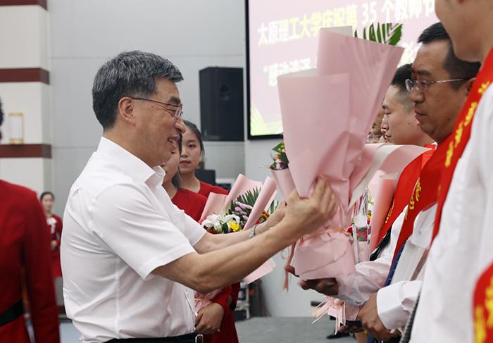 尊师重教 为国育才 全校上下多种形式庆祝第35个教师节