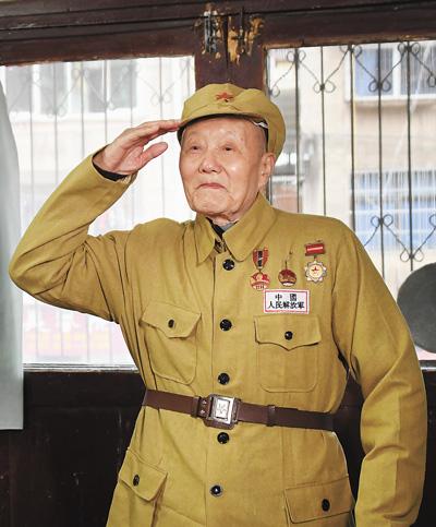 """""""共和国勋章""""获得者张富清——紧跟党走,做党的好战士"""