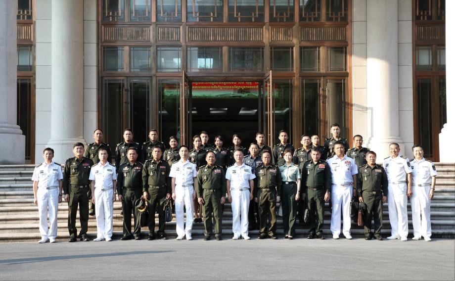 柬埔寨国防部政策与外事总局局长能索瓦上将率团来校访问