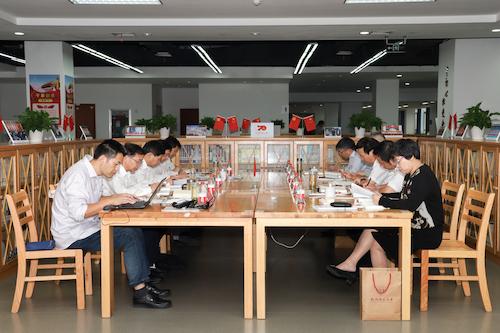 校党委举行主题教育第三次读书会 陈春雷作专题党课