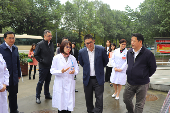 新都区区长李云来校调研指导艾滋病防治工作
