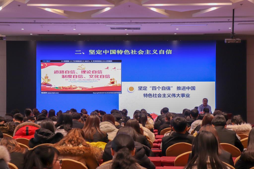 """冯庆禄与学生共同学习""""青马工程""""第二期第一课"""
