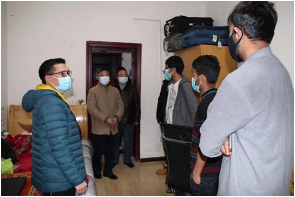 顿祖义走访慰问留校外籍人员并指导疫情防控工作