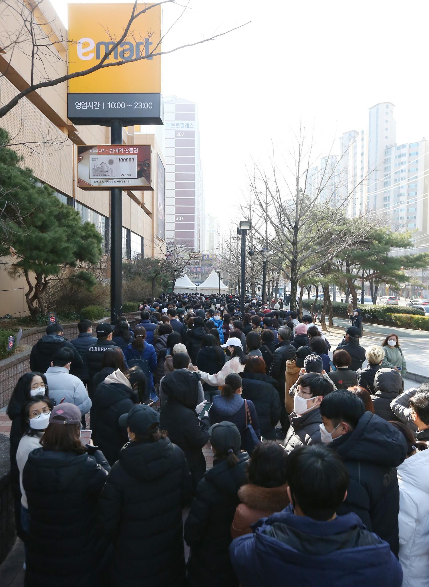 韩国疫情爆发地民众排数百米抢购口罩 网友急了:危险!