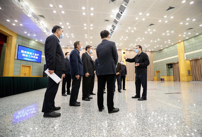 总理李克强考察疫情防控与生活物资保障服务平台 国务院复工复产推进工作机制和宏观政策协调机制 韩正参加