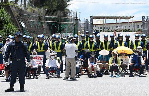 持续整整7年!冲绳民众在美军营地门口静坐示威