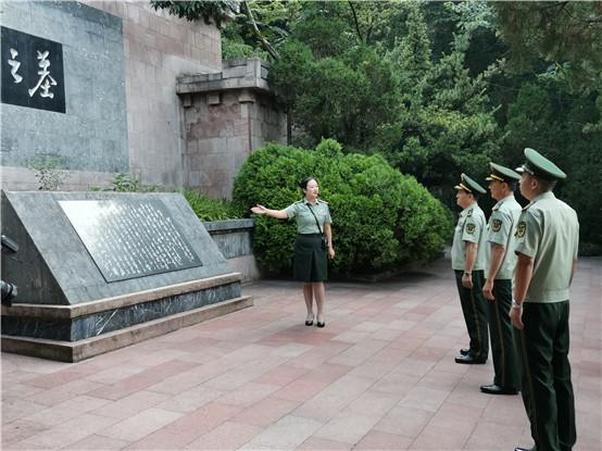 中国人民武装警察部队副参谋长刘勇军少将一行人瞻仰遵义红军山烈士陵园