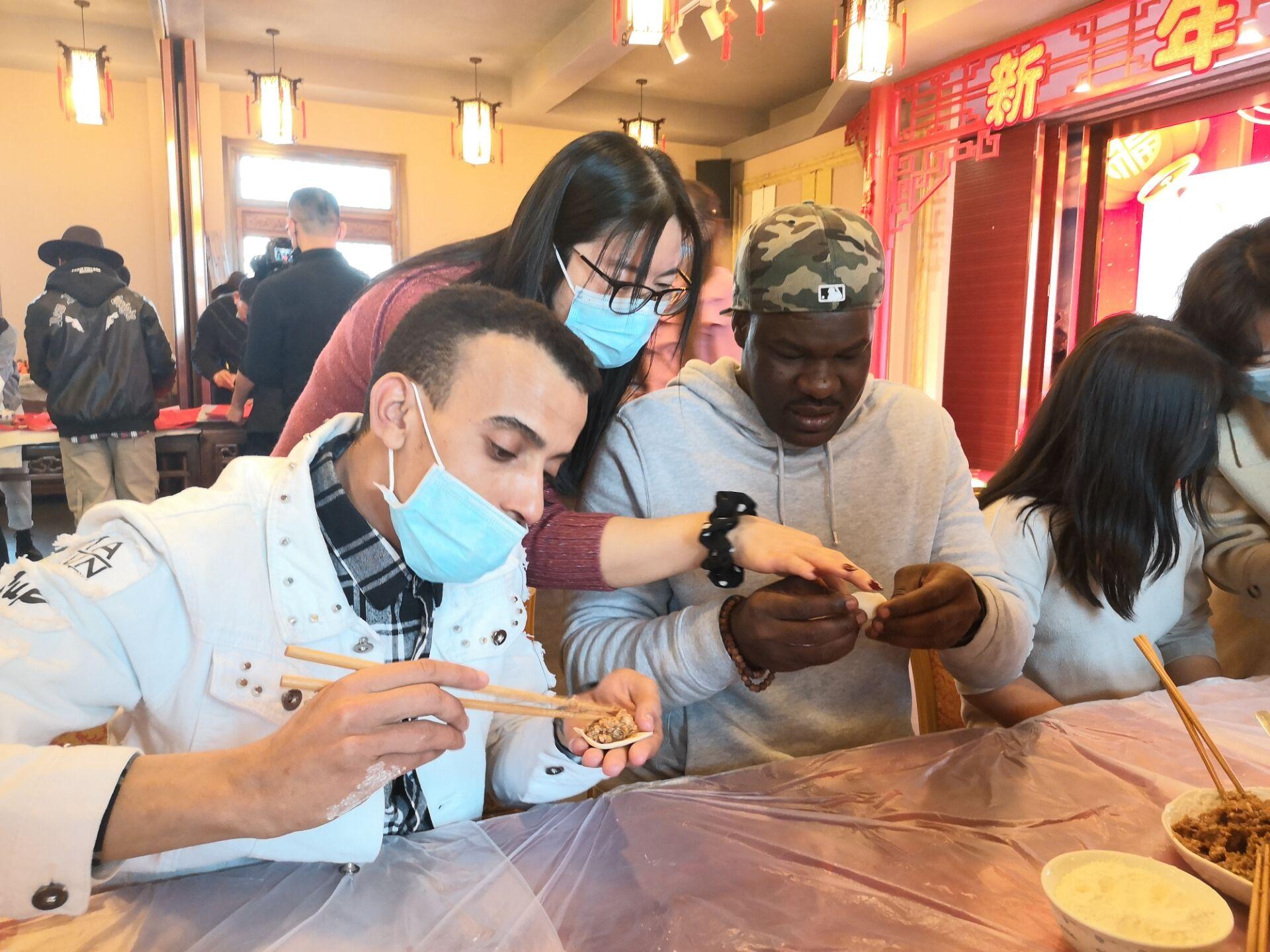 """媒体报道:宁夏大学外籍师生小年""""闹""""新春,感受中国传统文化"""