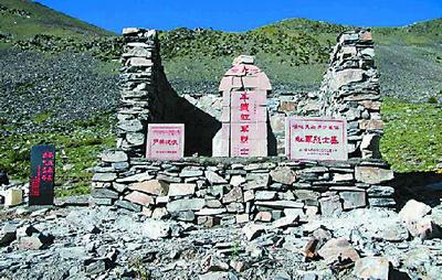 亚克夏山红军烈士墓