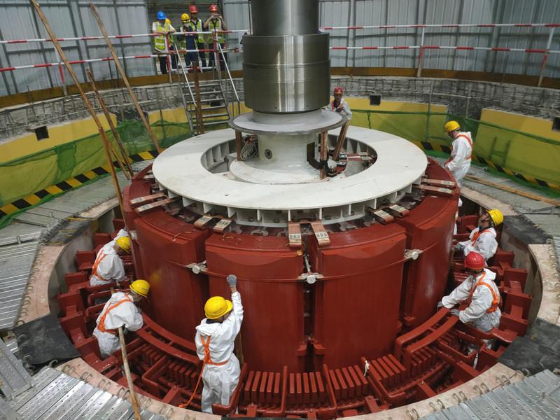 广东阳江:抽水蓄能电站首台机组完成转子吊装